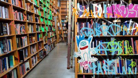 Como os bibliotecários se relacionam com os direitos autorais? Photomontage by Dana Potter. Este trabalho está licenciado com uma Licença Attribution-ShareAlike 2.0 Generic (CC BY-SA 2.0).